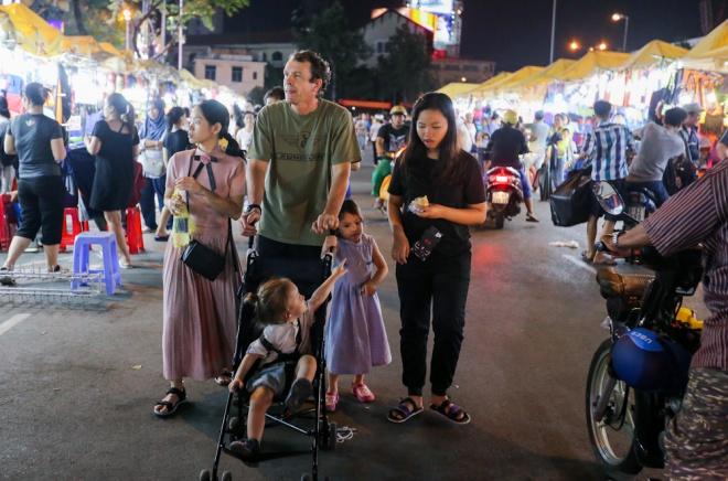 when-the-sun-goes-down-a-rush-to-bunch-up-saigon-night-market-9