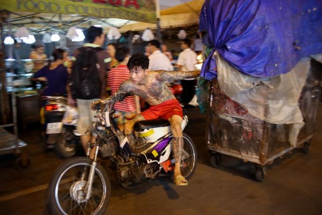 when-the-sun-goes-down-a-rush-to-bunch-up-saigon-night-market-3