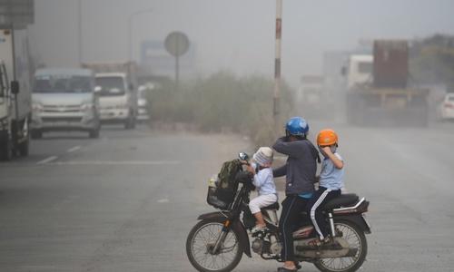 Roadwork leaves Saigon artery under thick coat of dust