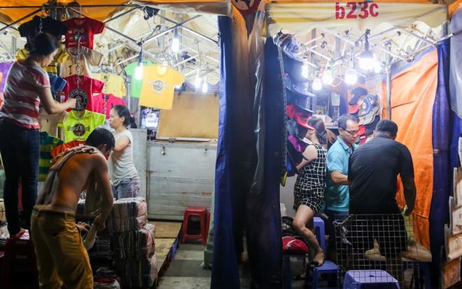when-the-sun-goes-down-a-rush-to-bunch-up-saigon-night-market-7