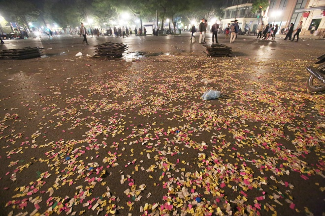 downtown-hanoi-trashed-on-new-years-eve