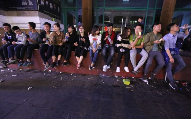downtown-hanoi-trashed-on-new-years-eve-1