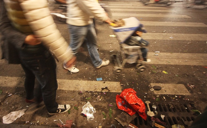 downtown-hanoi-trashed-on-new-years-eve-6