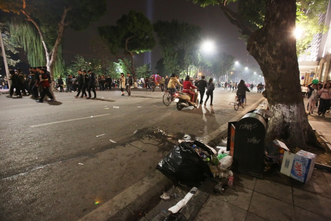 downtown-hanoi-trashed-on-new-years-eve-7