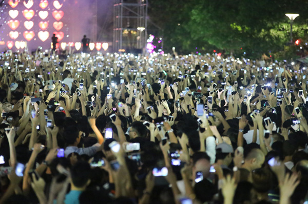 with-or-without-fireworks-the-new-year-party-in-vietnam-goes-on-5