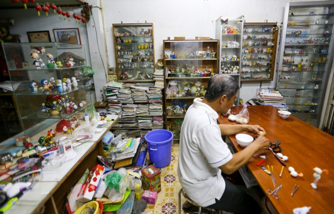 working-on-egg-shells-saigon-teacher-creates-art-ed-10