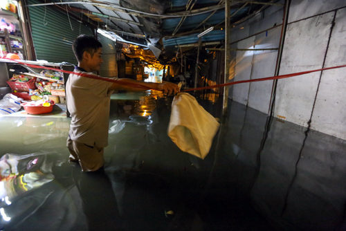 high-tide-brings-flooding-to-saigon-during-new-year-holiday-2