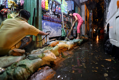 high-tide-brings-flooding-to-saigon-during-new-year-holiday-7
