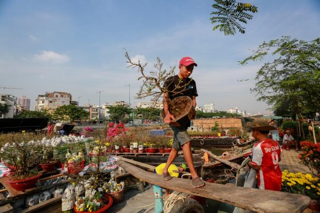 harsh-weather-casts-gloomy-cloud-over-on-saigon-flower-market-3