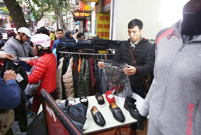 The shopping scene on Hang Bong. Its holiday and police officers seem to be upping their tolerance.