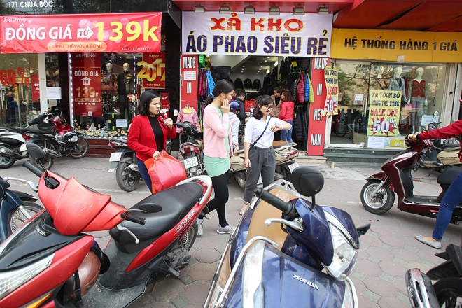 Many shops on Chua Boc put on boards crying out of their discharge, rather than discount.
