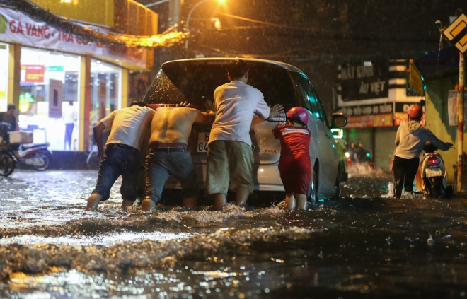 unexpected-downpour-overwhelms-saigon-first-day-after-tet-2