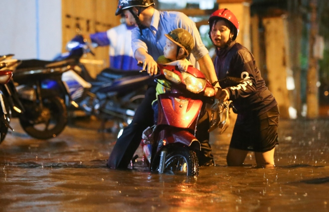 unexpected-downpour-overwhelms-saigon-first-day-after-tet-1