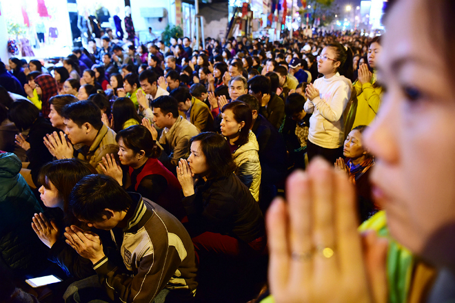 thousands-flock-to-hanoi-pagoda-for-night-of-prayer-ed-7