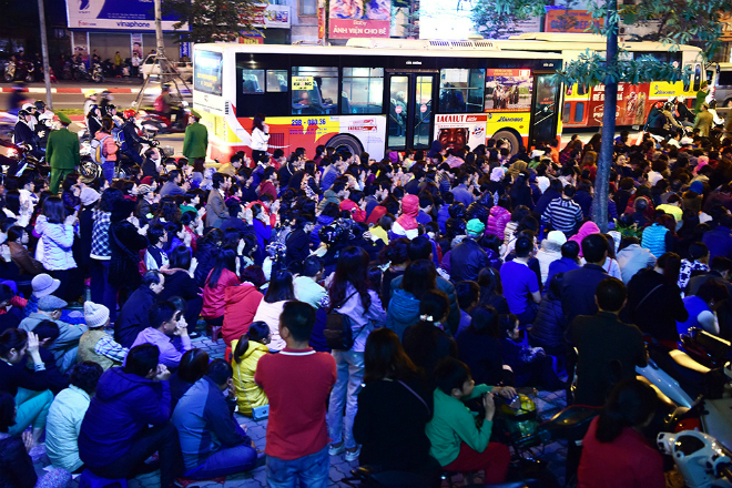 thousands-flock-to-hanoi-pagoda-for-night-of-prayer-ed-8