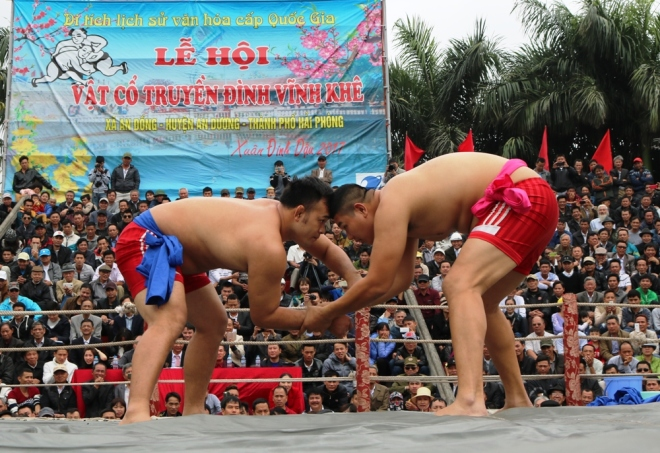 how-do-vietnamese-heat-up-for-new-year-wrestling-1