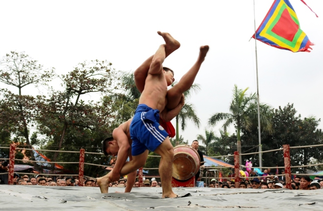 how-do-vietnamese-heat-up-for-new-year-wrestling-4