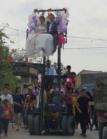 forklift-wedding-causes-internet-splash-in-vietnam