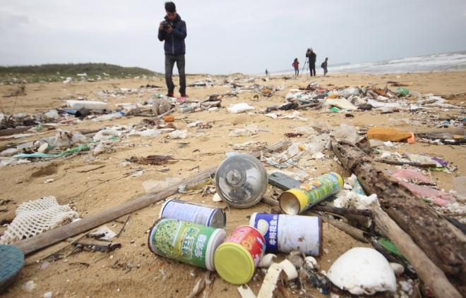 200-tons-of-tar-rubbish-washes-up-along-vietnams-central-coast