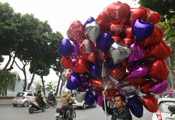 roses-and-balloons-fill-hanoi-on-valentines-day