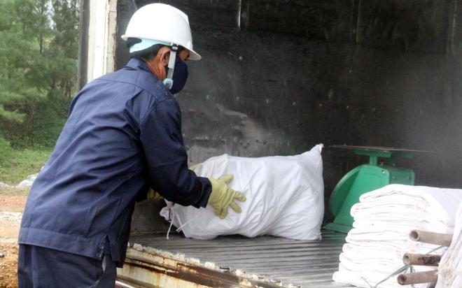 200-tons-of-tar-rubbish-washes-up-along-vietnams-central-coast-9