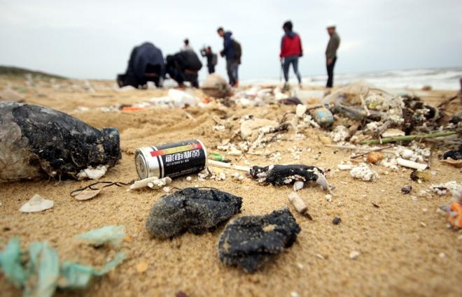 200-tons-of-tar-rubbish-washes-up-along-vietnams-central-coast-1
