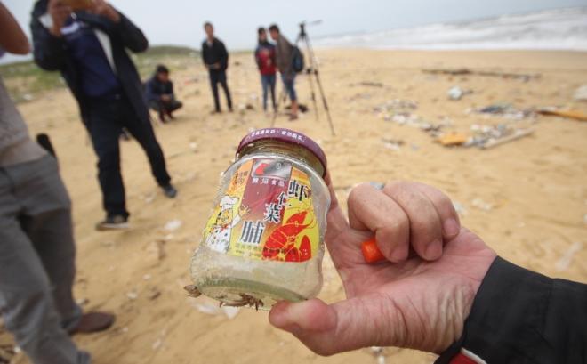 200-tons-of-tar-rubbish-washes-up-along-vietnams-central-coast-2