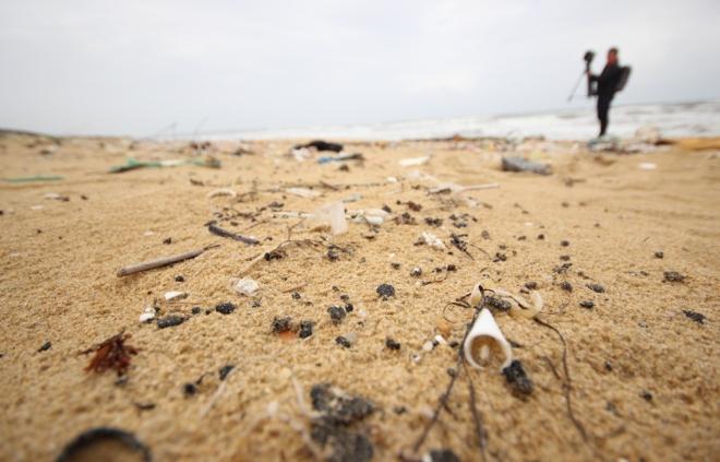 200-tons-of-tar-rubbish-washes-up-along-vietnams-central-coast-4