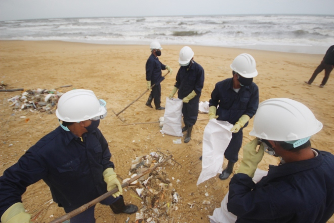 200-tons-of-tar-rubbish-washes-up-along-vietnams-central-coast-3