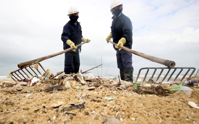 200-tons-of-tar-rubbish-washes-up-along-vietnams-central-coast-5