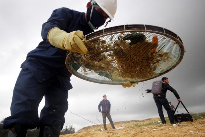 200-tons-of-tar-rubbish-washes-up-along-vietnams-central-coast-6