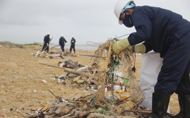 200-tons-of-tar-rubbish-washes-up-along-vietnams-central-coast-7