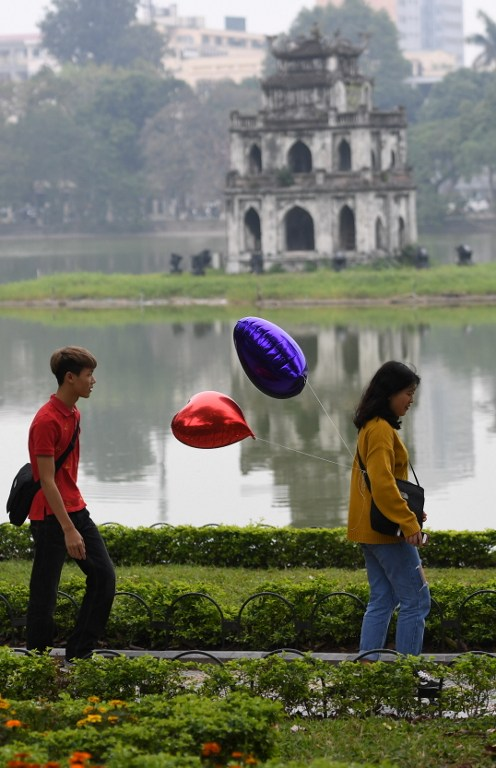 roses-and-balloons-fill-hanoi-on-valentines-day-6