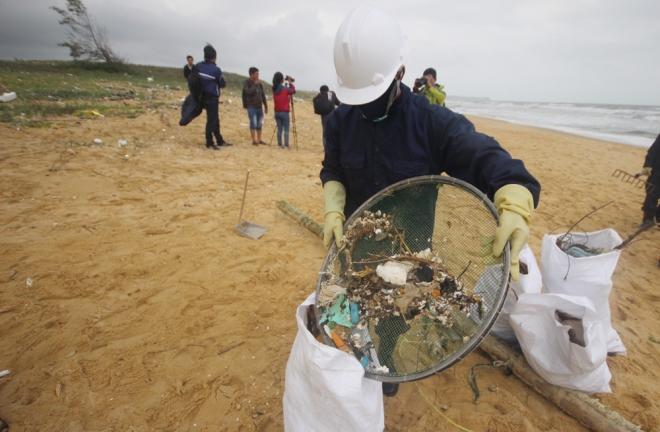 200-tons-of-tar-rubbish-washes-up-along-vietnams-central-coast-8