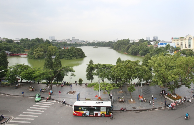 a-closer-look-reveals-pollution-at-hanois-iconic-lake