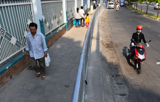 the-sidewalk-barriers-of-saigon-3