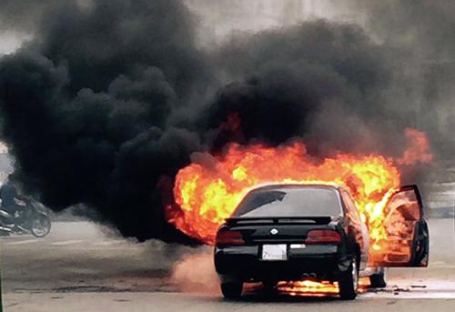Three flee burning car in Hanoi