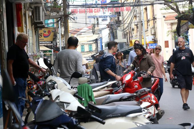 battle-for-the-sidewalks-here-comes-hanoi-7