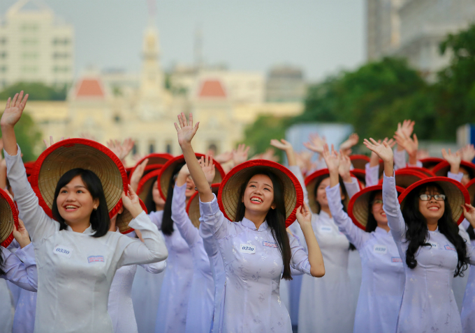 ao-dai-festival-2017-floats-down-onto-saigon-pedestrian-street-2