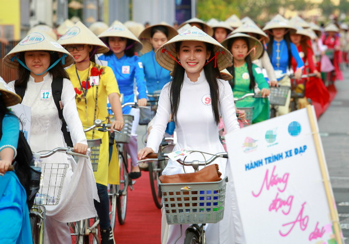 ao-dai-festival-2017-floats-down-onto-saigon-pedestrian-street-8