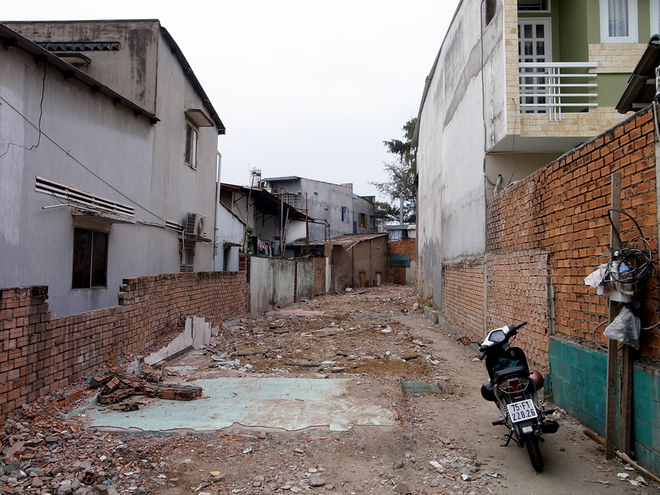 house-in-saigons-narrow-alley-features-patterned-brick-walls