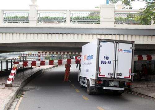 saigon-street-closes-as-truck-knocks-down-height-bar-stuck-under-bridge