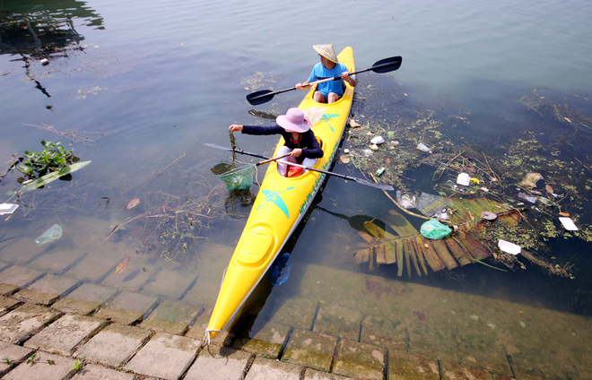 a-tour-sends-travelers-out-picking-up-trash-in-hoi-ans-waterways