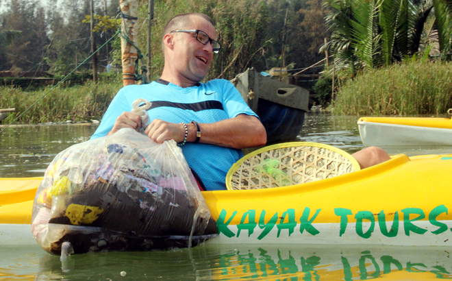 a-tour-sends-travelers-out-picking-up-trash-in-hoi-ans-waterways-9