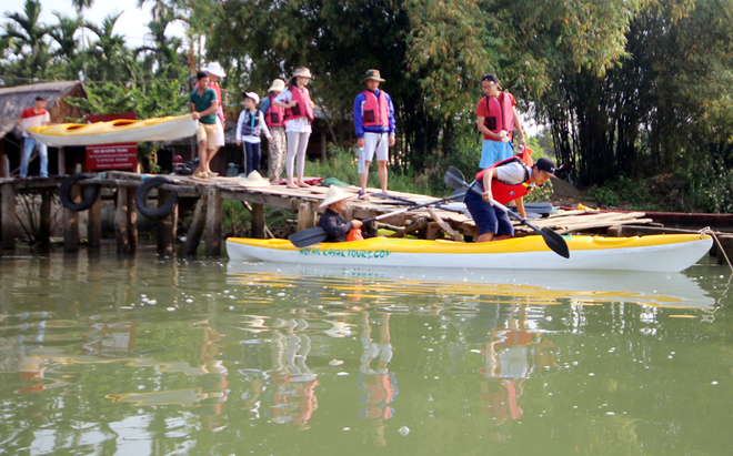 a-tour-sends-travelers-out-picking-up-trash-in-hoi-ans-waterways-1