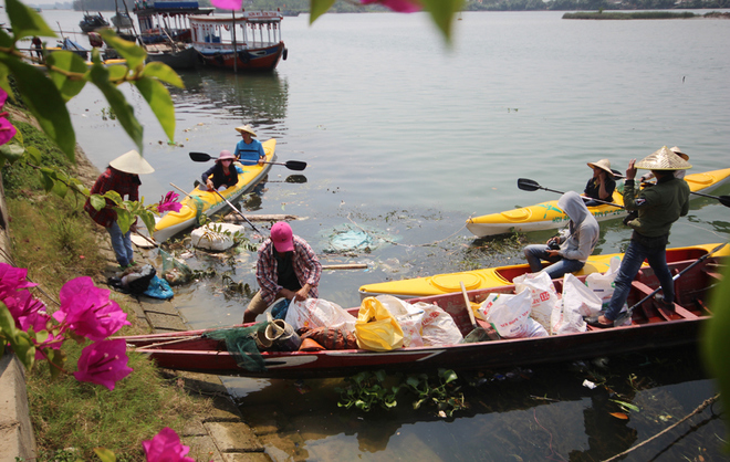 a-tour-sends-travelers-out-picking-up-trash-in-hoi-ans-waterways-6