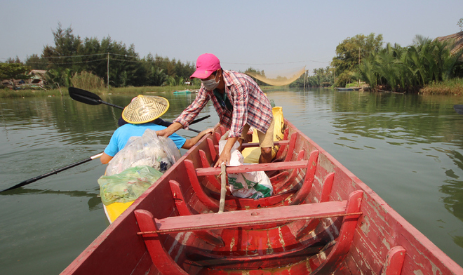 a-tour-sends-travelers-out-picking-up-trash-in-hoi-ans-waterways-7