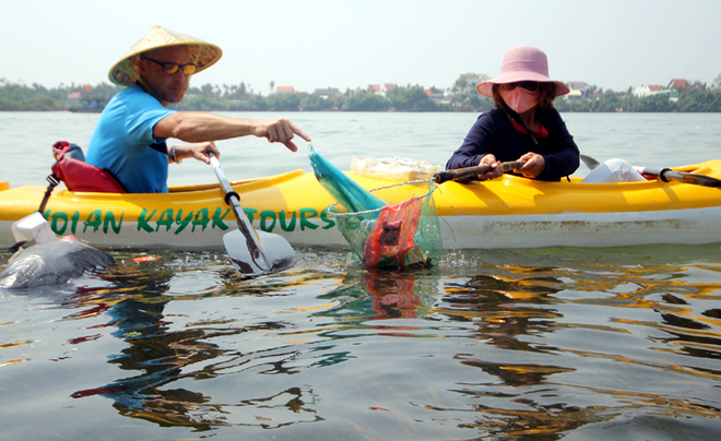 a-tour-sends-travelers-out-picking-up-trash-in-hoi-ans-waterways-8