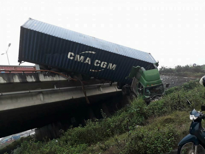 truck-plunges-over-hanoi-bridge-in-failed-attempt-to-avoid-road-crash