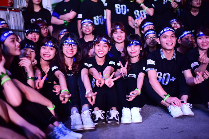 The campaign attracted thousands of young volunteers to join with the slogan Switch Off Lights, Switch On the Future. Photo byVnExpress/Giang Huy